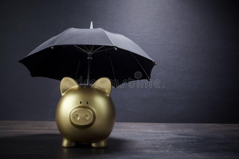 有伞概念的金存钱罐财务保险、保护、安全投资或者银行业务的 库存图片