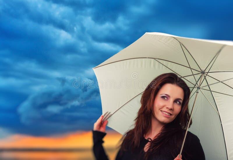 有伞的妇女在一个雨天 免版税库存图片
