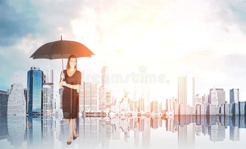 有伞的妇女在太阳下 免版税库存照片