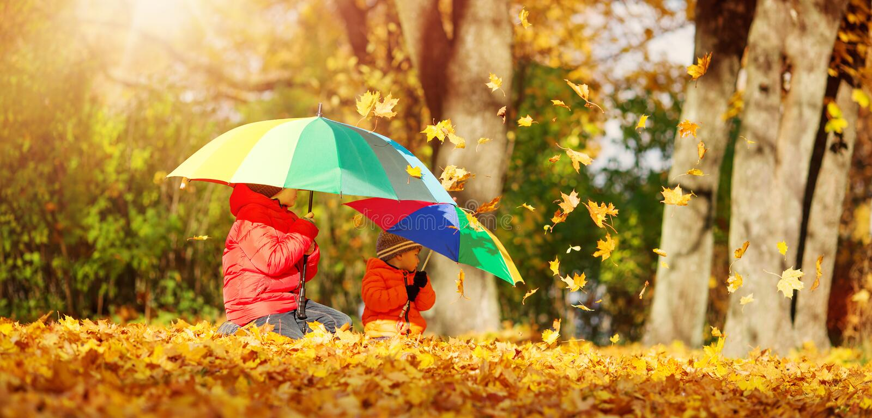 有伞的孩子在美好的秋季天 免版税库存照片