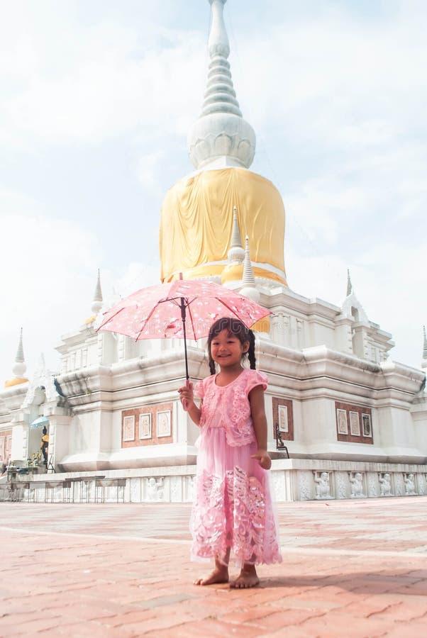 有伞的小逗人喜爱的女孩在Phra Na讨债者是修建 免版税库存图片