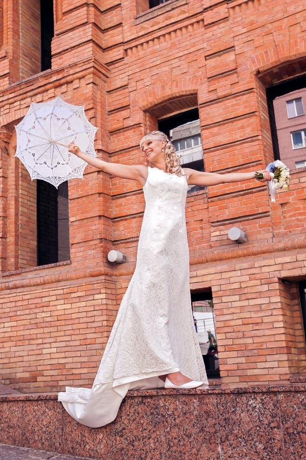 有伞的新娘 库存照片