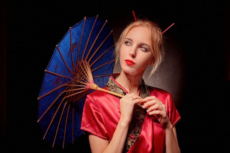 有伞的艺妓 免版税库存图片