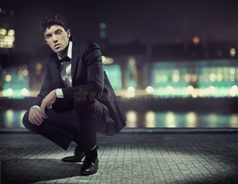 有伟大的无尾礼服的英俊的年轻人 免版税库存图片