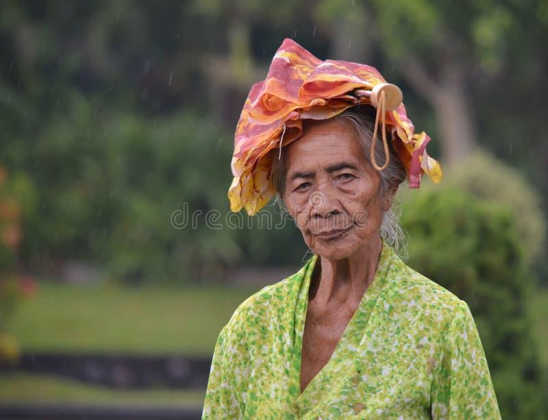 有传统巴厘语布料的老妇人 免版税库存照片