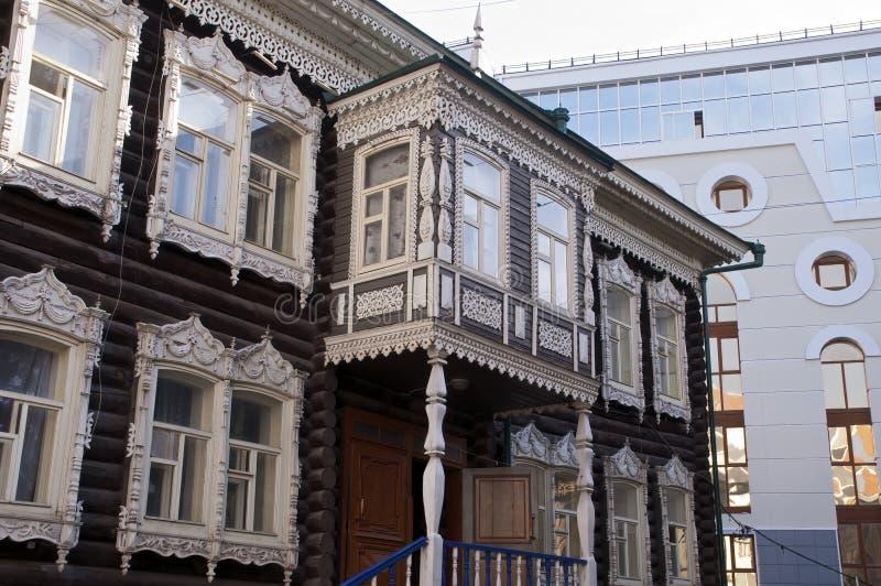 有传统建筑学的木家和与现代大厦的装饰元素在背景中 库存图片