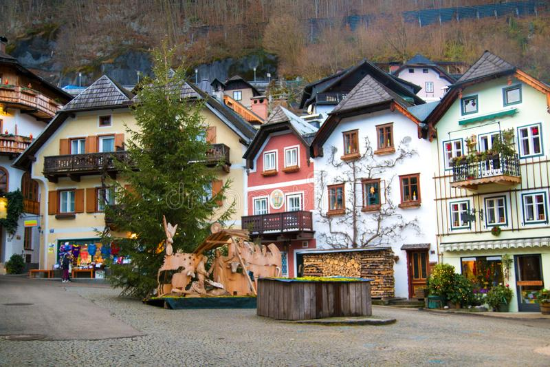 有传统房子的主要集市广场在Hallstatt著名文化遗产村庄在奥地利,欧洲 库存照片