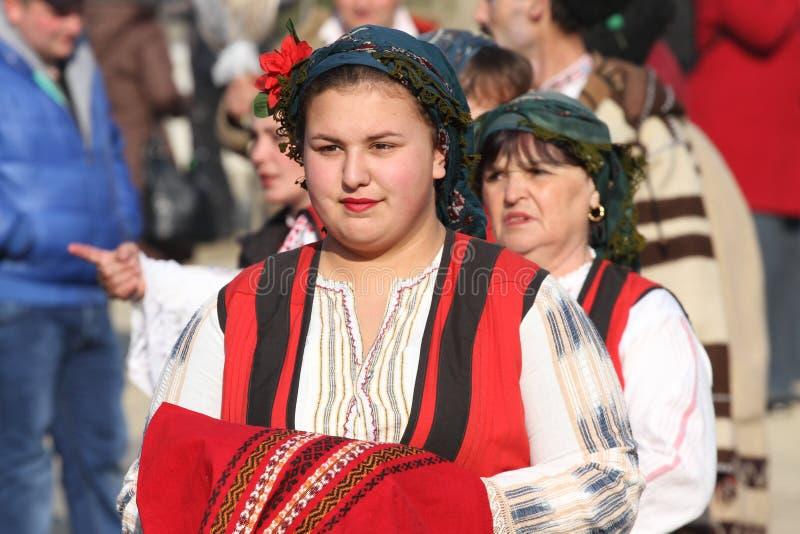 有传统民间传说服装和礼节面包的女孩跳舞horo在化妆舞会比赛†期间苏尔国际节日  库存照片
