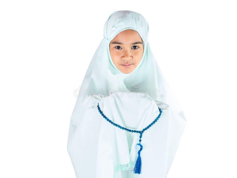 有传统礼服的回教女孩祈祷为阿拉的 免版税库存图片