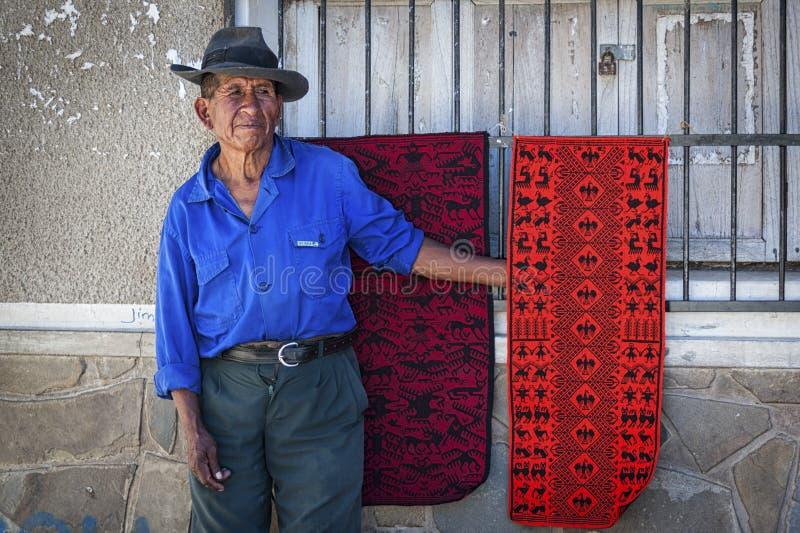 有传统衣物和帽子的未认出的土产Yampara人,在地方Tarabuco星期天市场上,玻利维亚,南美 免版税库存图片