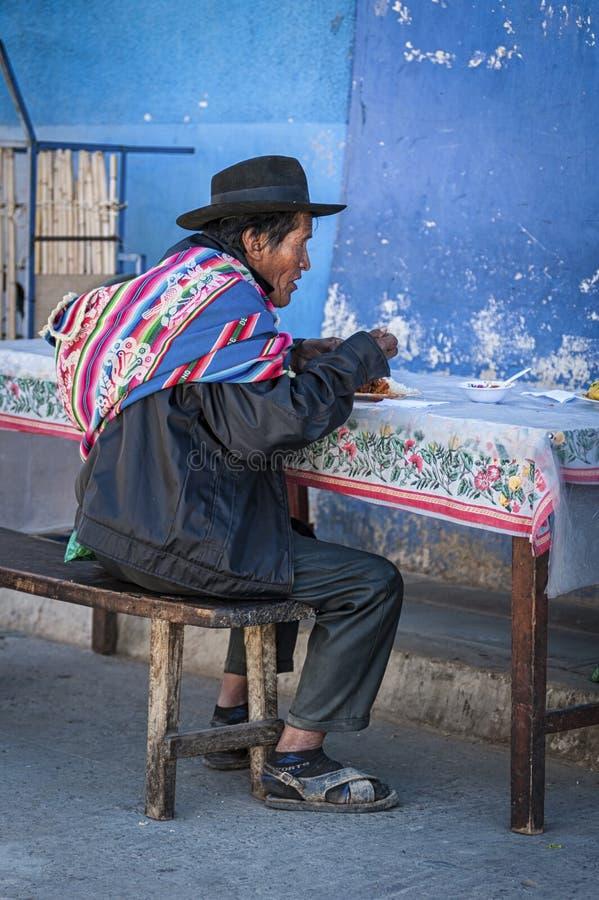 有传统衣物和帽子的未认出的土产Yampara人,在地方Tarabuco星期天市场上,玻利维亚,南美 库存图片