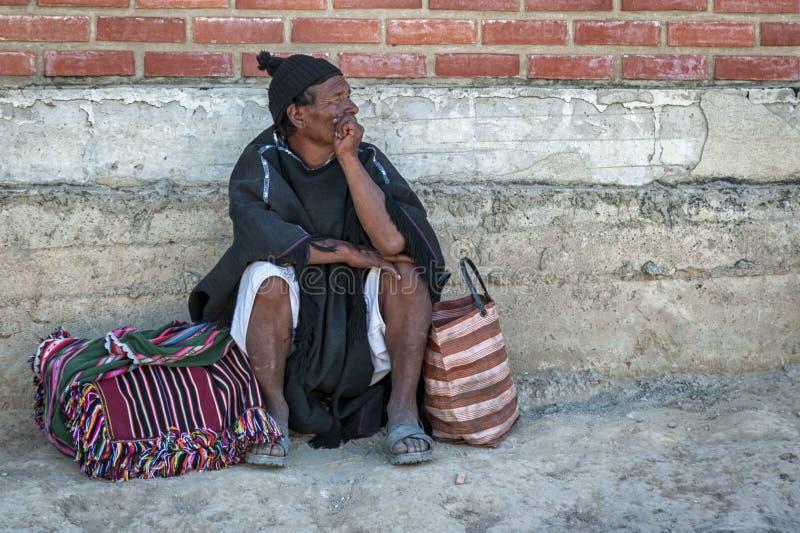 有传统衣物和帽子的未认出的土产Yampara人,在地方Tarabuco星期天市场上,玻利维亚,南美 免版税库存照片