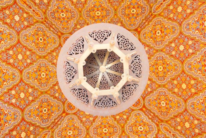 有传统设计的摩洛哥天花板灯在五颜六色的铈 库存图片