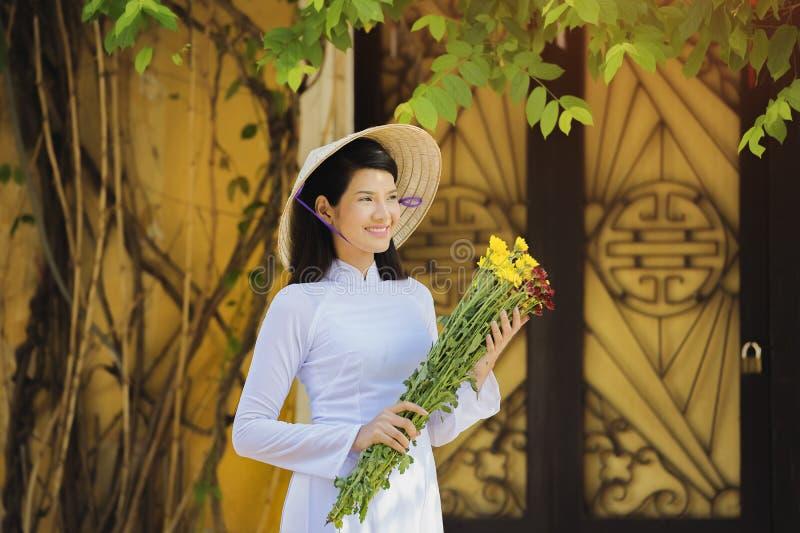 有传统越南的文化的美丽的妇女 库存图片