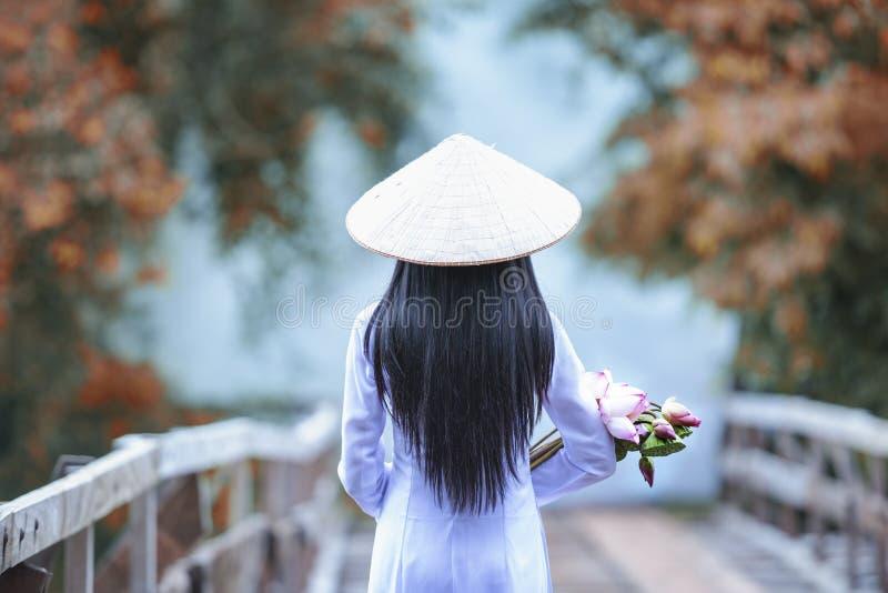 有传统越南的文化的,生活美女越南语 库存图片
