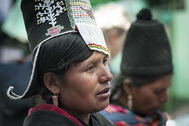 有传统部族衣物和帽子的未认出的土产当地盖丘亚族人的妇女,在Tarabuco星期天市场上,玻利维亚 库存图片