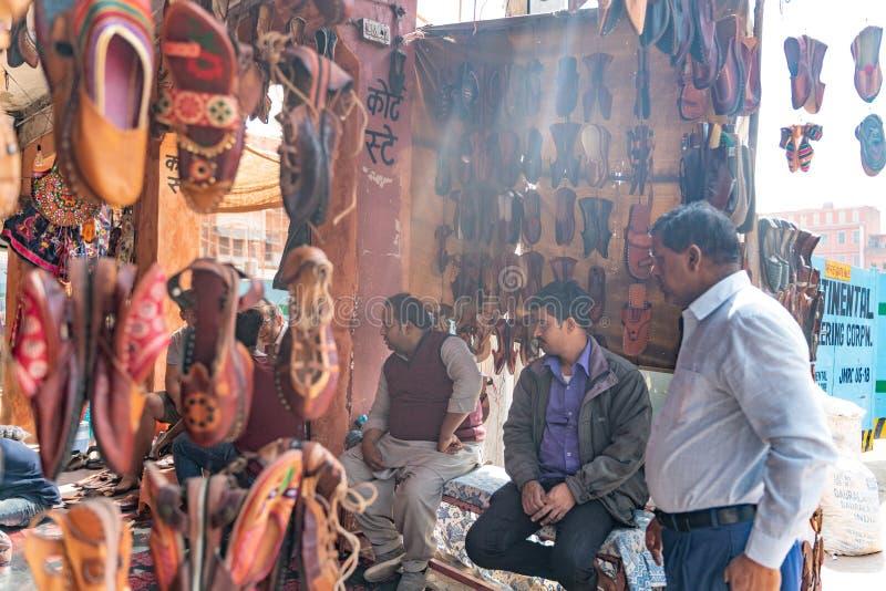 有传统鞋子的印度商店 免版税库存照片
