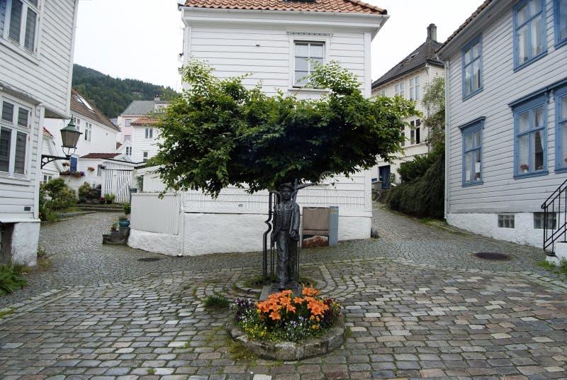 有传统挪威白色房子的美丽的小的街道在卑尔根,挪威 免版税库存照片