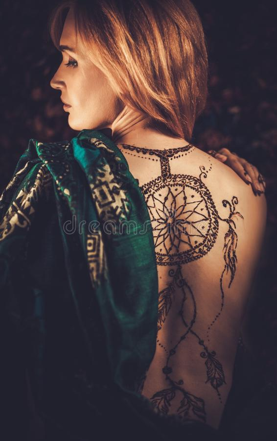 有传统无刺指甲花装饰品的妇女 免版税图库摄影