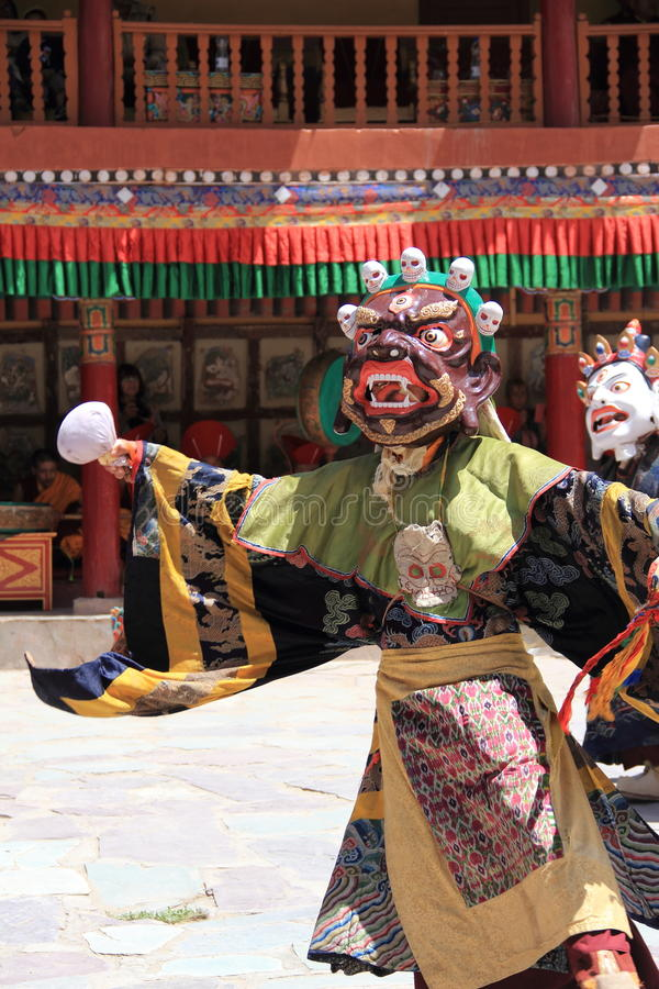 有传统礼服的佛教面具舞蹈家在拉达克 免版税库存图片