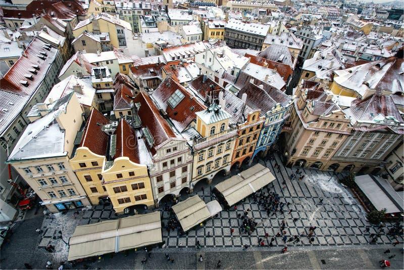 有传统红色屋顶的行格住宅在布拉格老镇中心在捷克 免版税库存图片