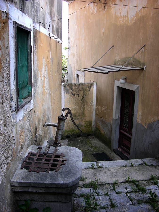 有传统老的狭窄的街道很好在Volosko村庄在克罗地亚 免版税图库摄影