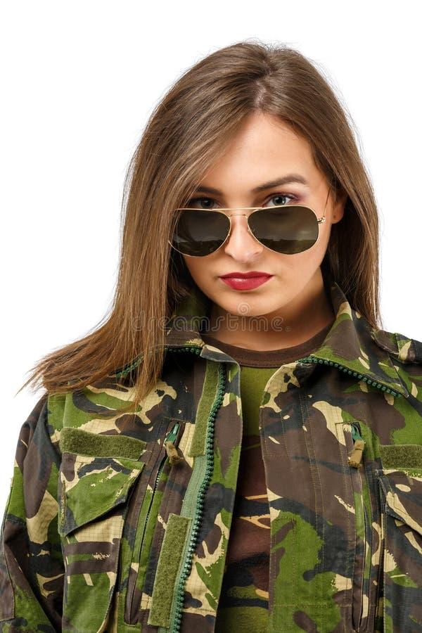 有伪装的制服的一位美丽的妇女战士 库存照片