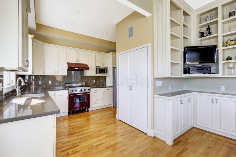 有伯根地火炉的白色厨房室 免版税库存图片