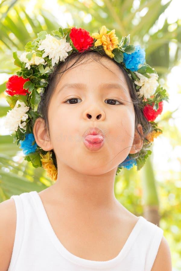 有伸出的舌头小女孩 免版税库存图片