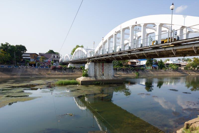 有低级河的白色桥梁在Lampang,泰国 库存图片