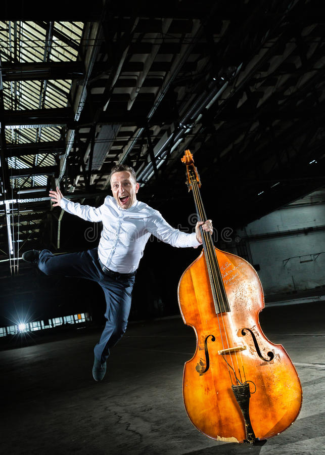 有低音提琴球员的人的白色衬衣 免版税库存照片