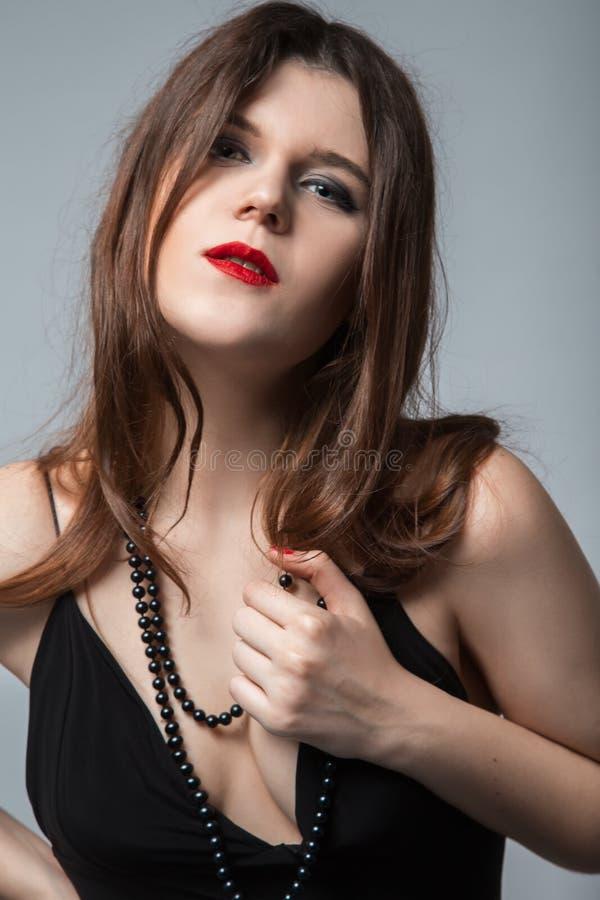 有低颈露肩的妇女 免版税库存照片