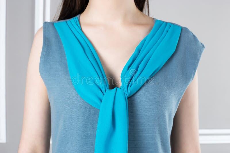 有低颈露肩,有趣的设计的女衬衫 免版税图库摄影