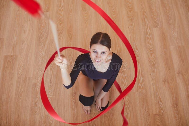 有体操丝带的雄心勃勃的节奏性舞蹈家 免版税库存图片