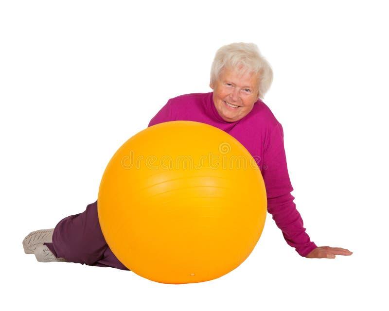 有体操球的健康退休的妇女 库存照片