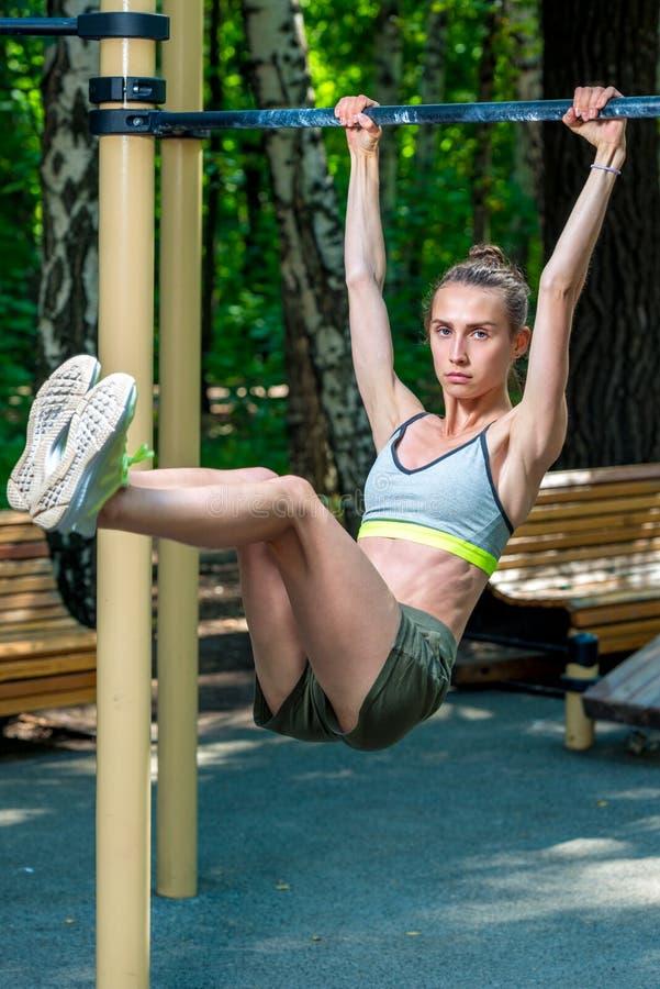 有体育形象的苗条妇女在做新闻的运动场 免版税库存图片