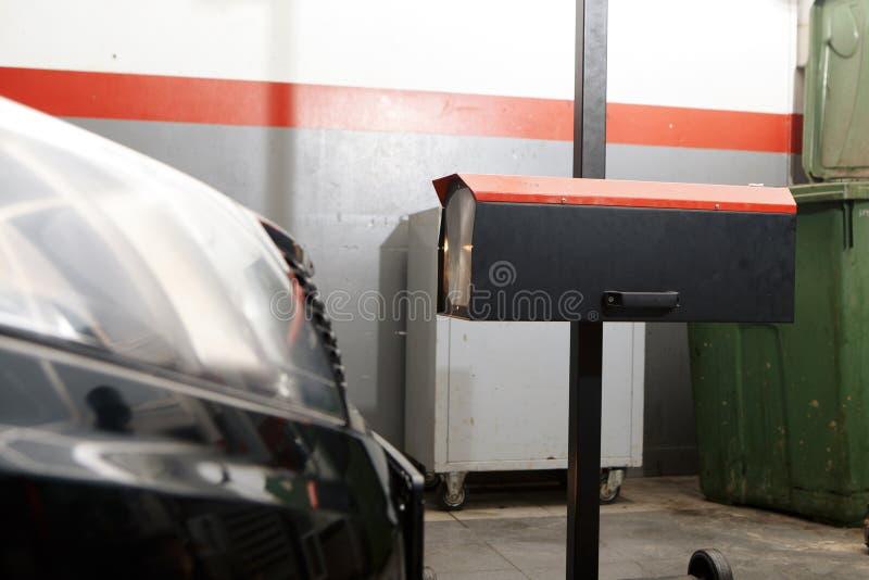有体育的蓝色协定SUV汽车和现代设计是水洗物 汽车保养服务业概念 被盖的汽车 库存照片