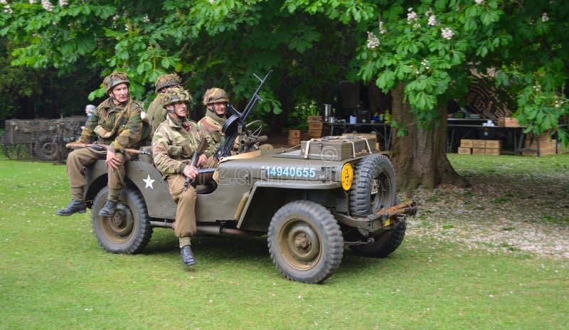 有作为世界大战2美军士兵打扮的人的世界大战2吉普 免版税库存照片