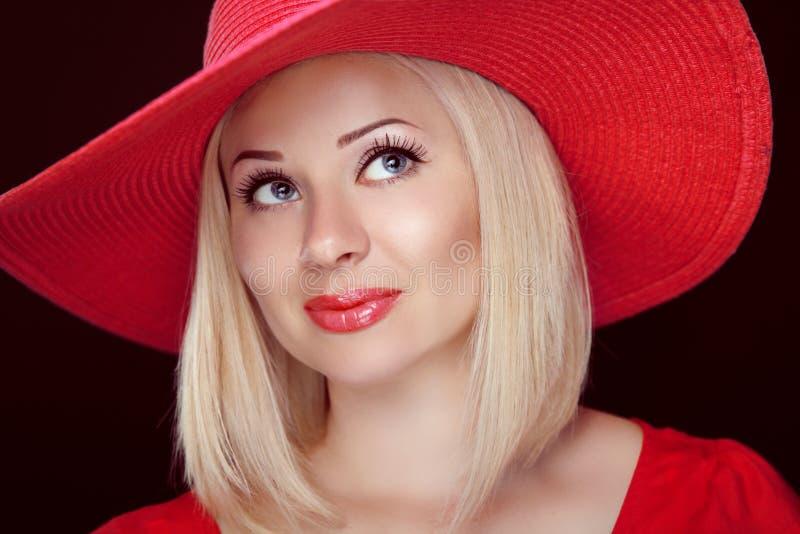 有佩带在帽子的红色嘴唇的白肤金发的妇女,美丽的时尚女孩 免版税库存照片