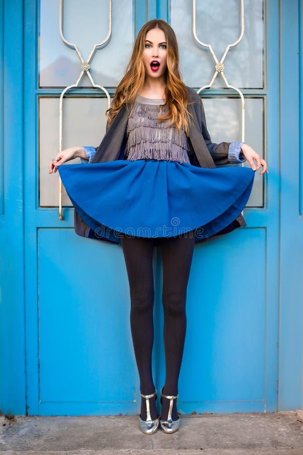 有佩带时兴的神色的构成的魅力年轻时尚妇女 免版税图库摄影
