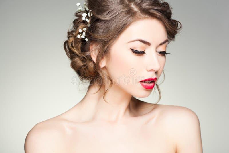 有佩带自然构成的完善的皮肤的美丽的妇女 免版税库存图片