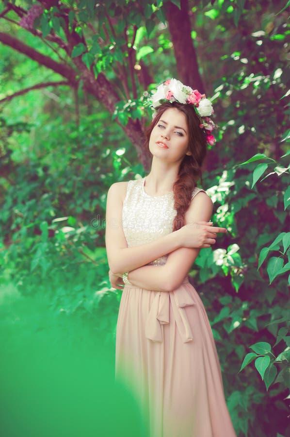 有佩带花圈的长的头发的美丽的女孩 图库摄影