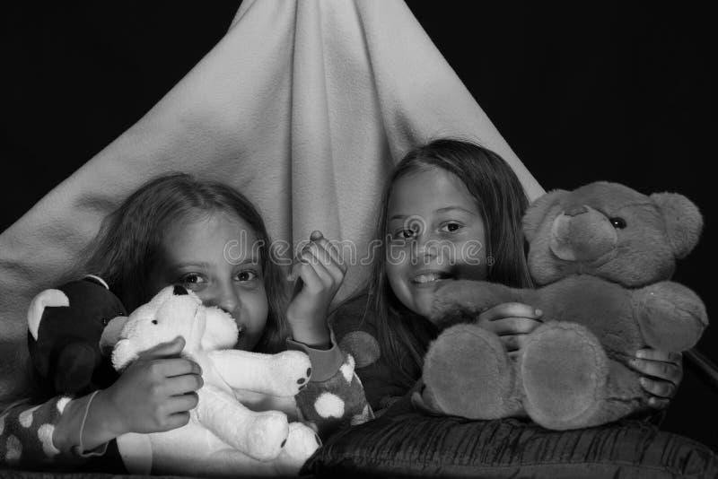 有使用与在帐篷的女用连杉衬裤的愉快的面孔的女孩 免版税库存照片