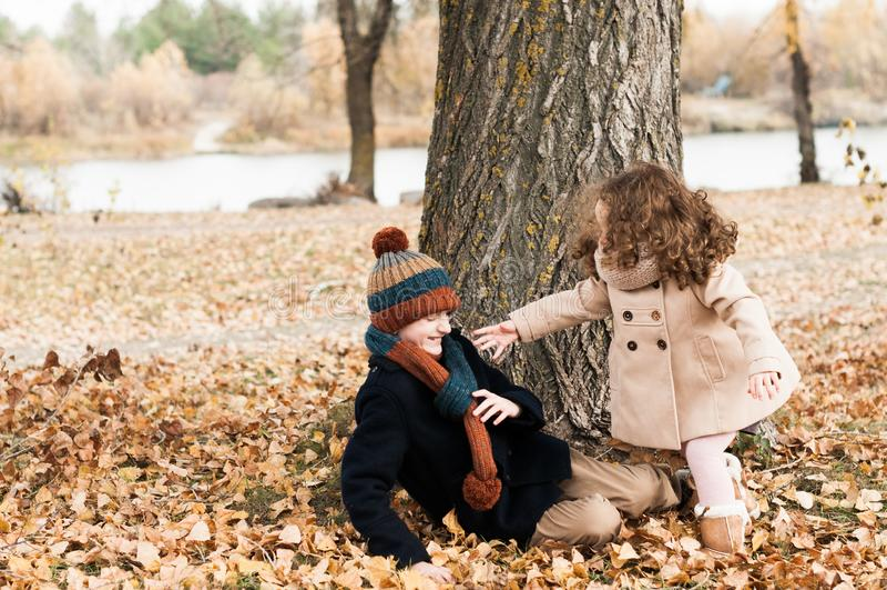 有使用与她的兄弟的卷曲hairis的可爱宝贝 免版税库存照片