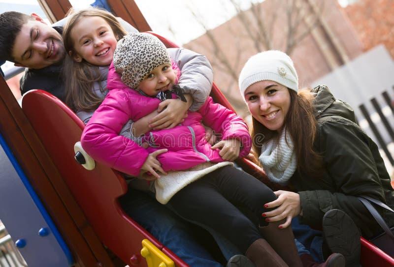 Download 有使用在儿童的幻灯片的两个女儿的父母 库存图片. 图片 包括有 节假日, 自由, 白种人, 父母身分, 女孩 - 72354407