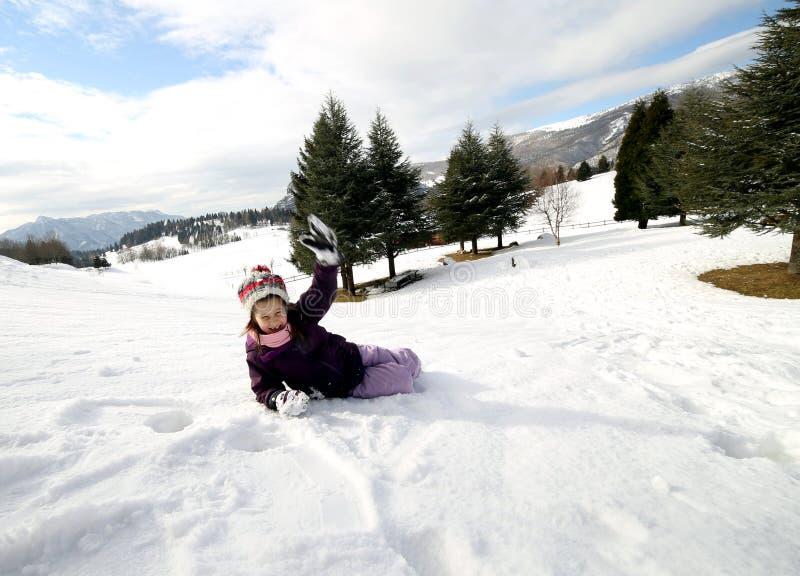 有使用在雪的羊毛贝雷帽的小女孩 库存照片
