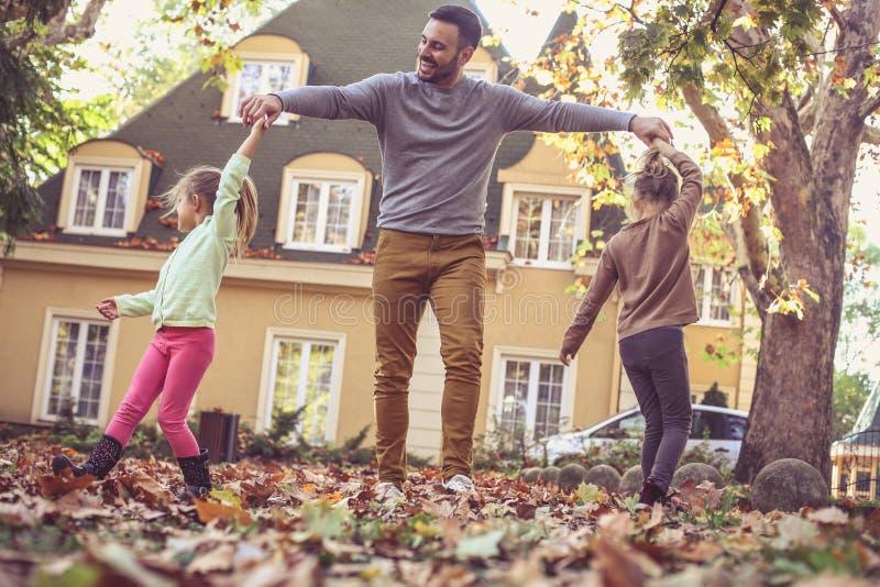 有使用的女儿的愉快的父亲外面 在活动中 库存照片