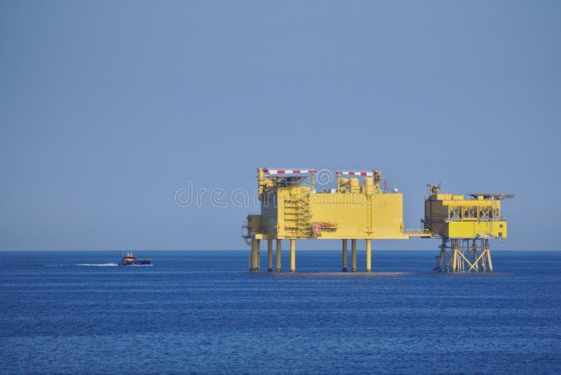 有供应小船的近海平台 库存图片