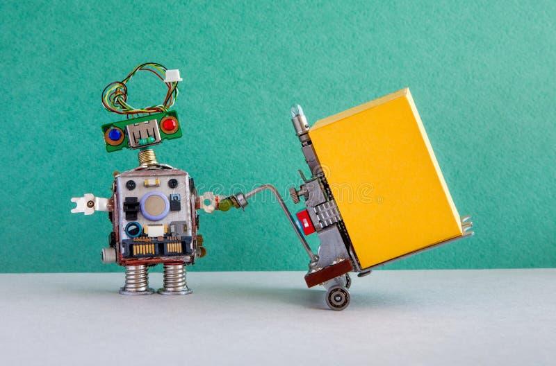 有供给动力的板台起重器的机器人传讯者移动的大黄色容器 铲车在绿色墙壁灰色地板上的推车机制 图库摄影
