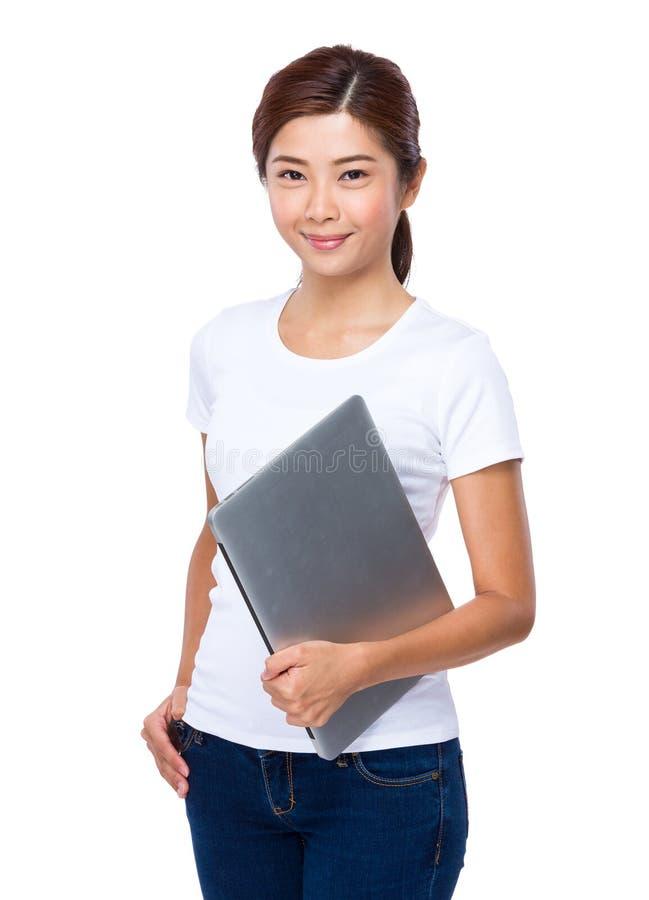 有便携式计算机的亚洲妇女举行 免版税库存照片
